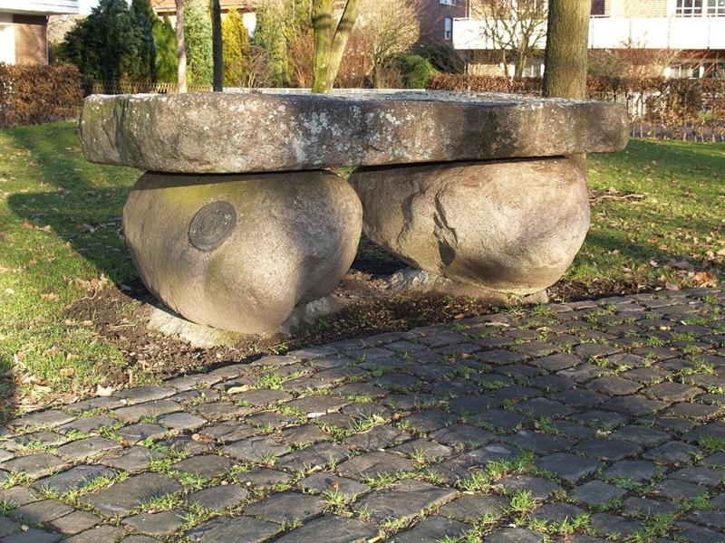 Der Feme-Tisch auf dem Dorfplatz
