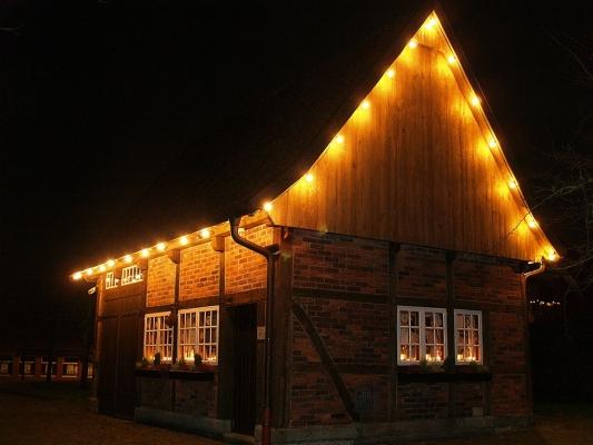 Weihnachtlich erleuchtetes Backhaus